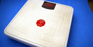 Picture of a scale used as featured image for healthy weight loss diet article.